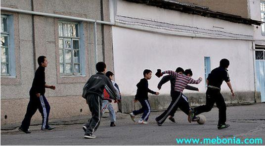 ბავშვები თამაშობენ ფეხბურთს